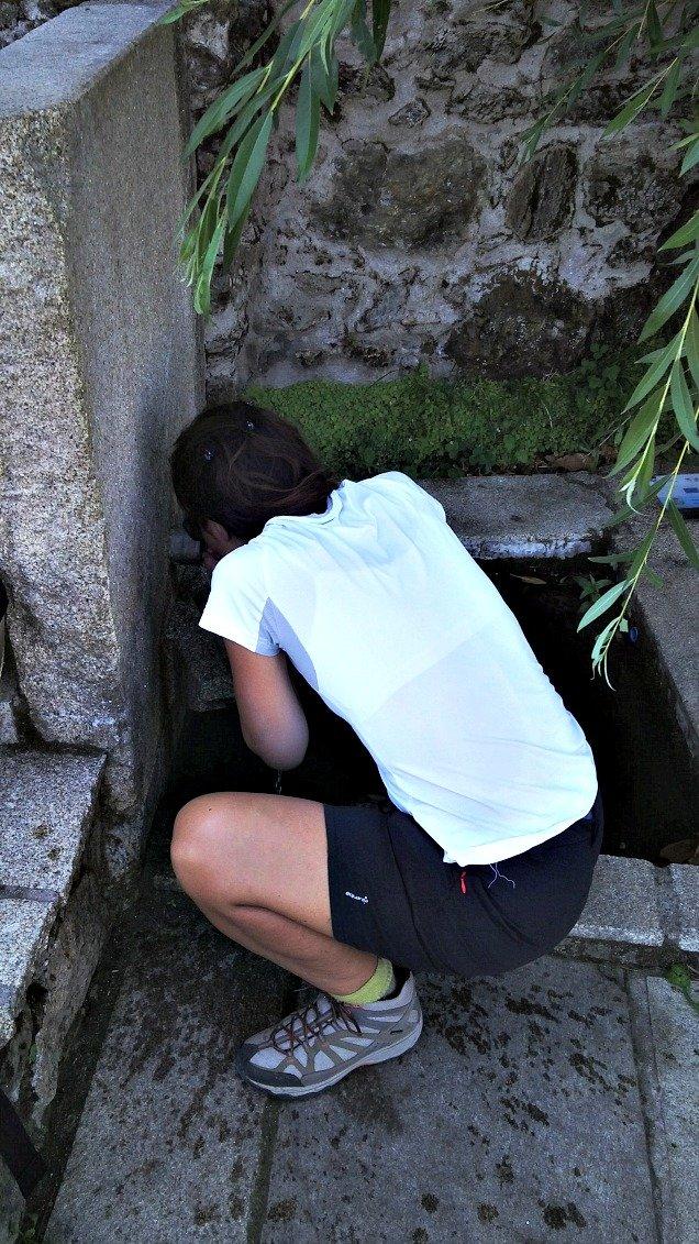 Ilda bebiendo agua de una fuente