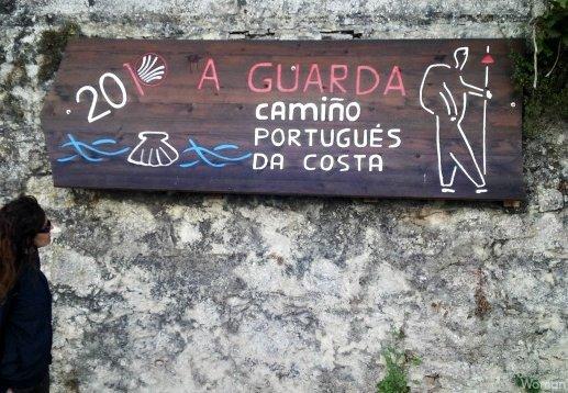 Señal del camino portugués por la costa