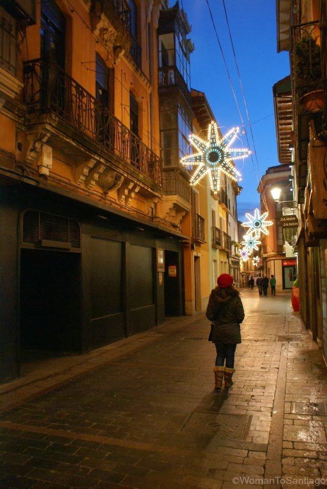 foto de callejuela con luces de navidad