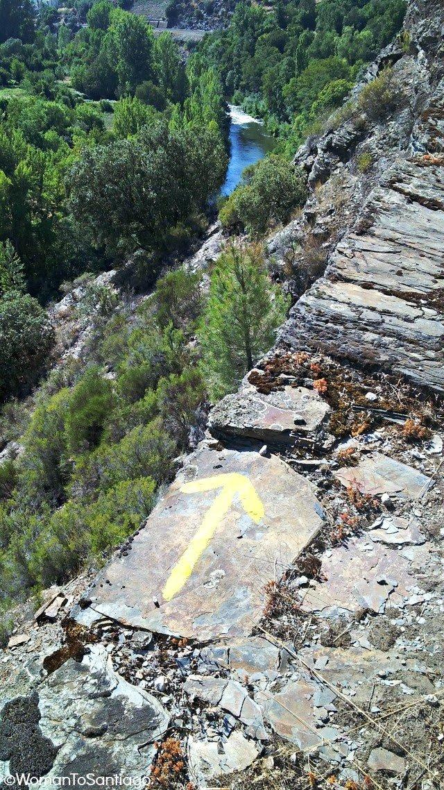 foto de flecha en acantilado
