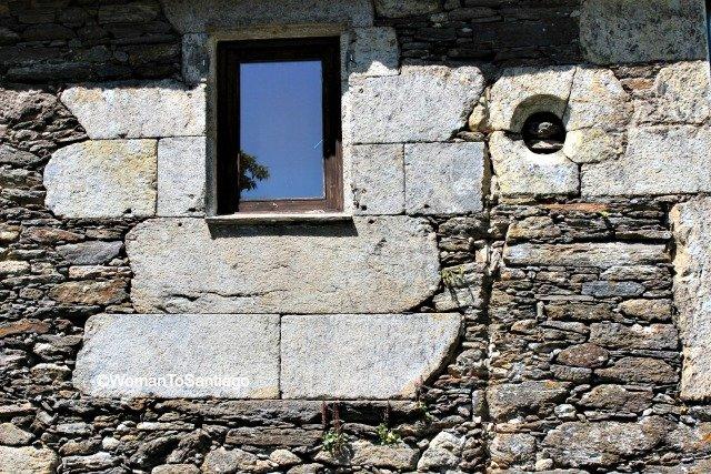 camino-frances-taller-del-camino-womantosantiago-ventana-albergue