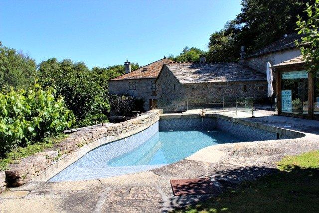 fervenza-casa-rural-lugo-galicia-piscina-womantosantiago