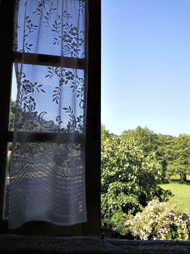 fervenza-casa-rural-lugo-galicia-ventana-womantosantiago