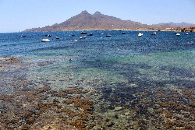 cabo-de-gata-almeria-puerto-isleta-del-moro-womantosantiago