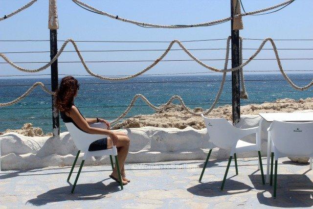 cabo-de-gata-almeria-terraza-los-escullos-womantosantiago