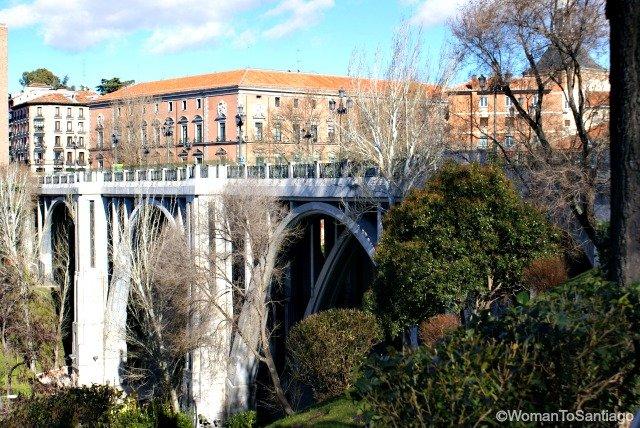 foto del puente segovia en madrid