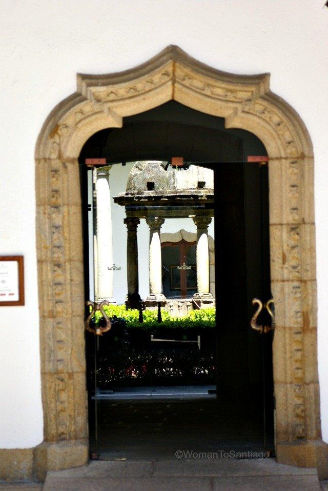 parador-santiago-de-compostela-entrada-claustros-camino-de-santiago