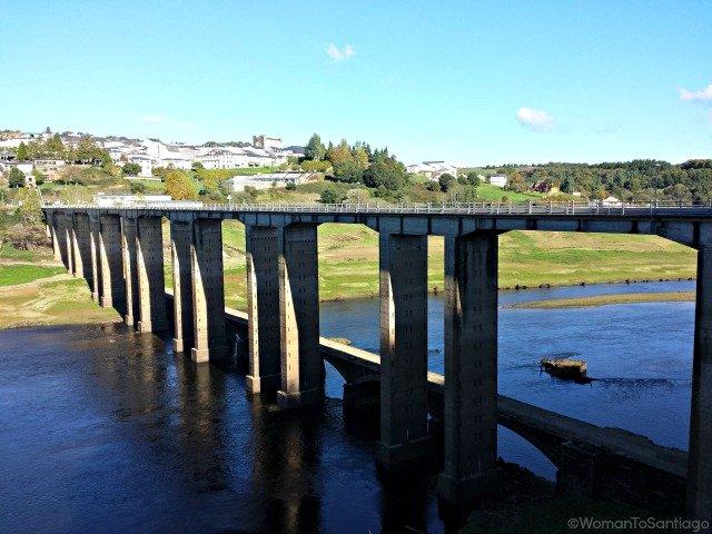 foto del puente nuevo de portomarin