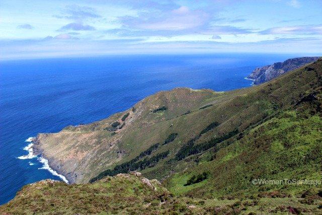 sierra-de-la-capelada-camino-del-mar-womantosantiago-acantilados