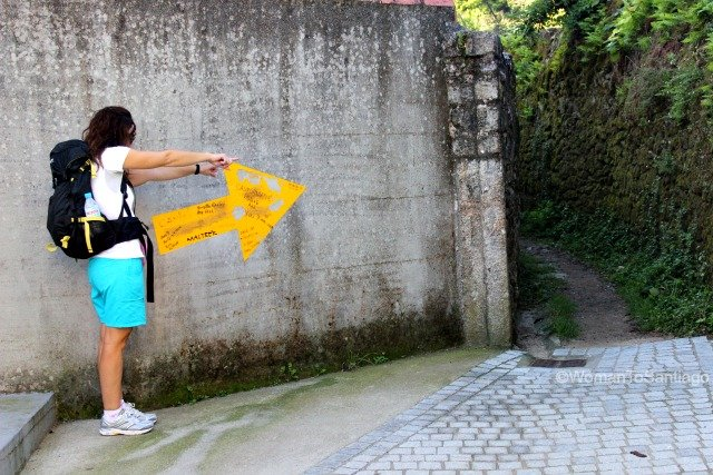 foto de flecha amarilla en corcubion