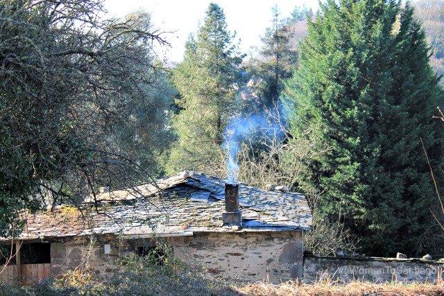 foto de una casa con chimenea