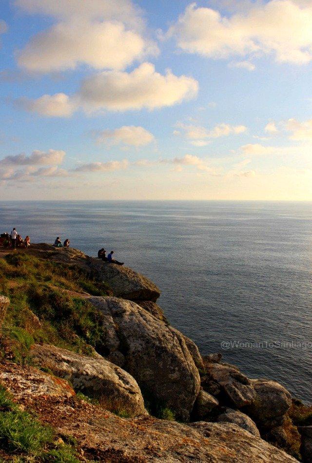 foto de peregrinos esperando puesta de sol