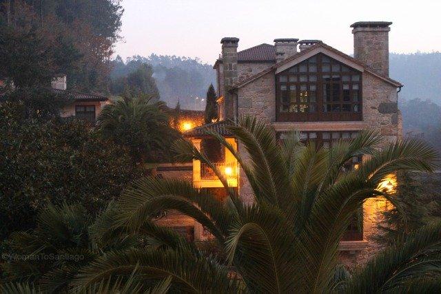 foto del jardin con el hotel