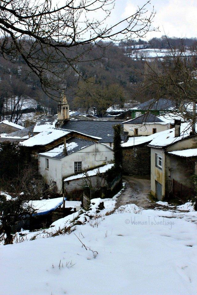 foto de aldea con nieve