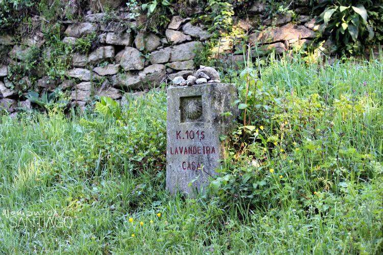 Foto de mojón del Camino de Santiago