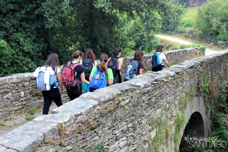 foto de peregrinas en el puente de aspera
