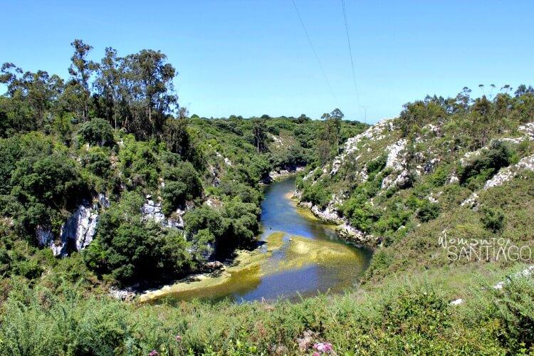 río entre dos montañas