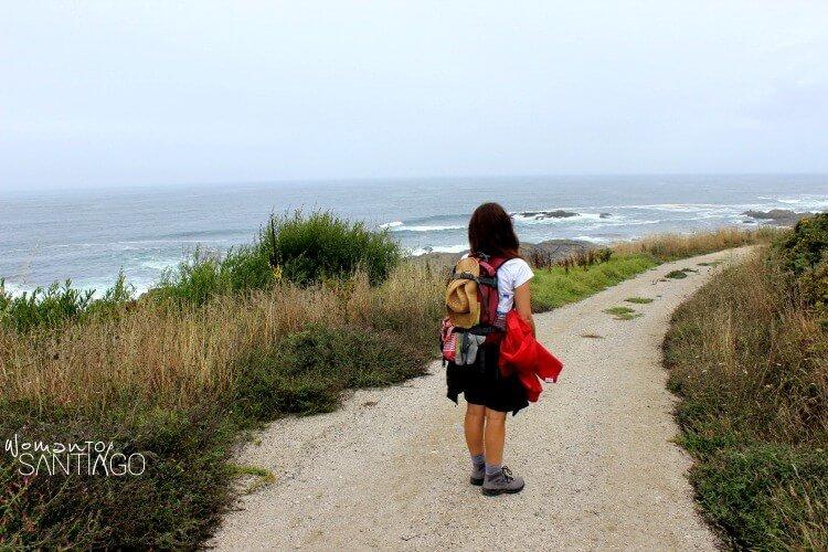 foto del camino por la costa, peregrina mirando el mar
