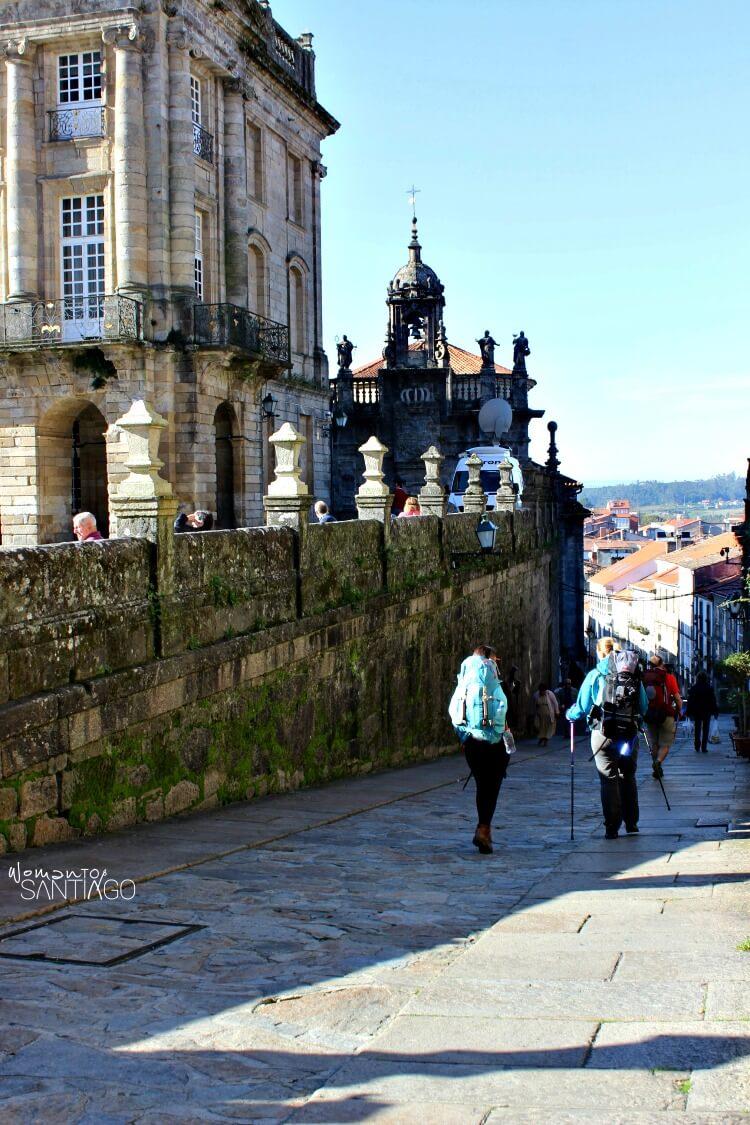 peregrinos saliendo por la Rua das Hortas