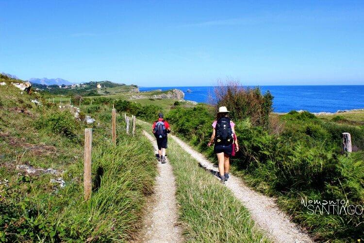 peregrinos caminando por un sendero en la cornisa cantábrica