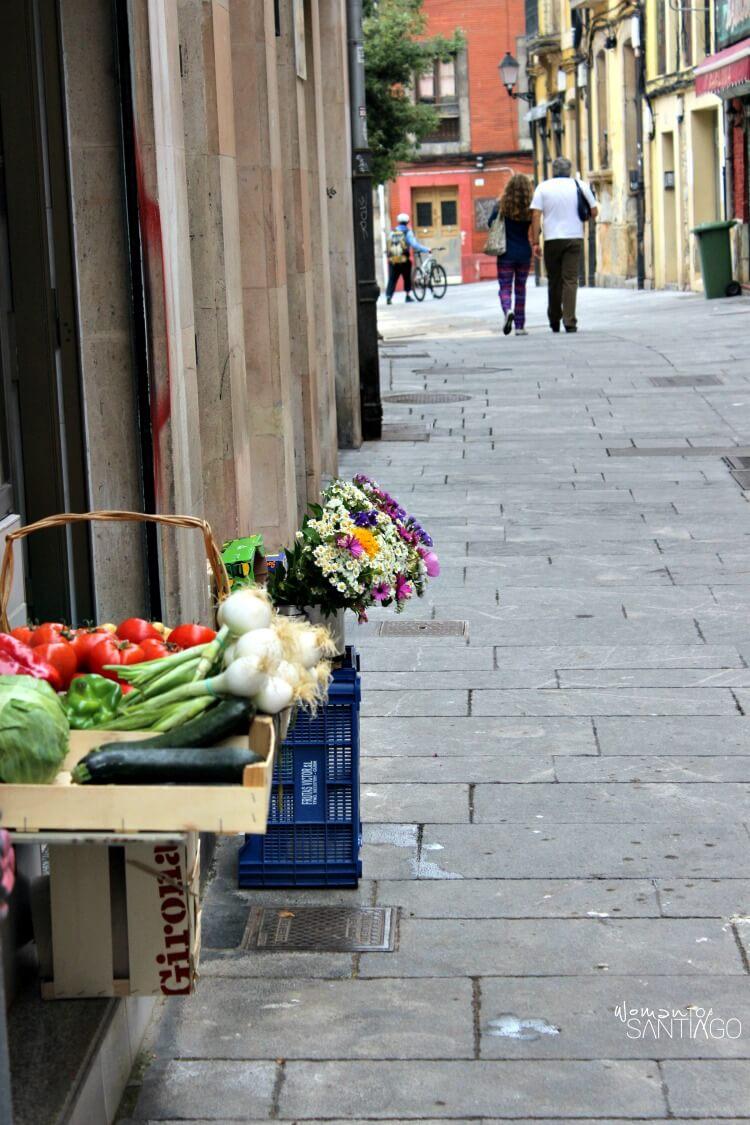 foto de una callejuela en la que ves tomates y hortalizas