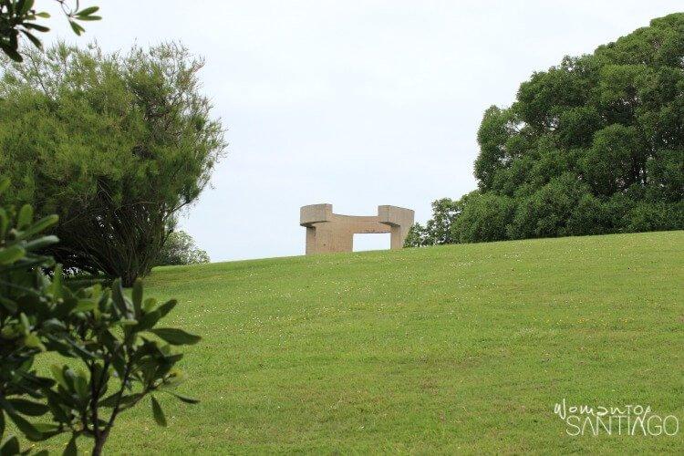 prado verde que muestra el cerro de santa catalina en Gijón