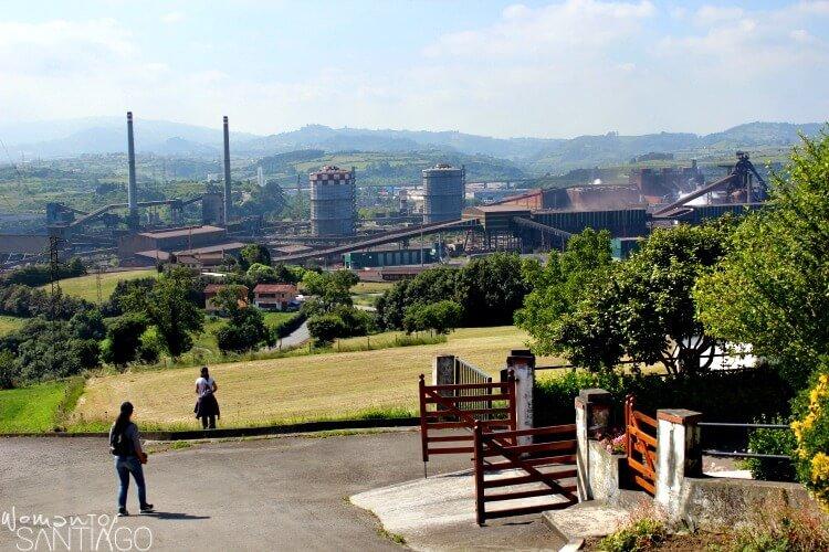 paisaje de Galicia con fábricas en el fondo