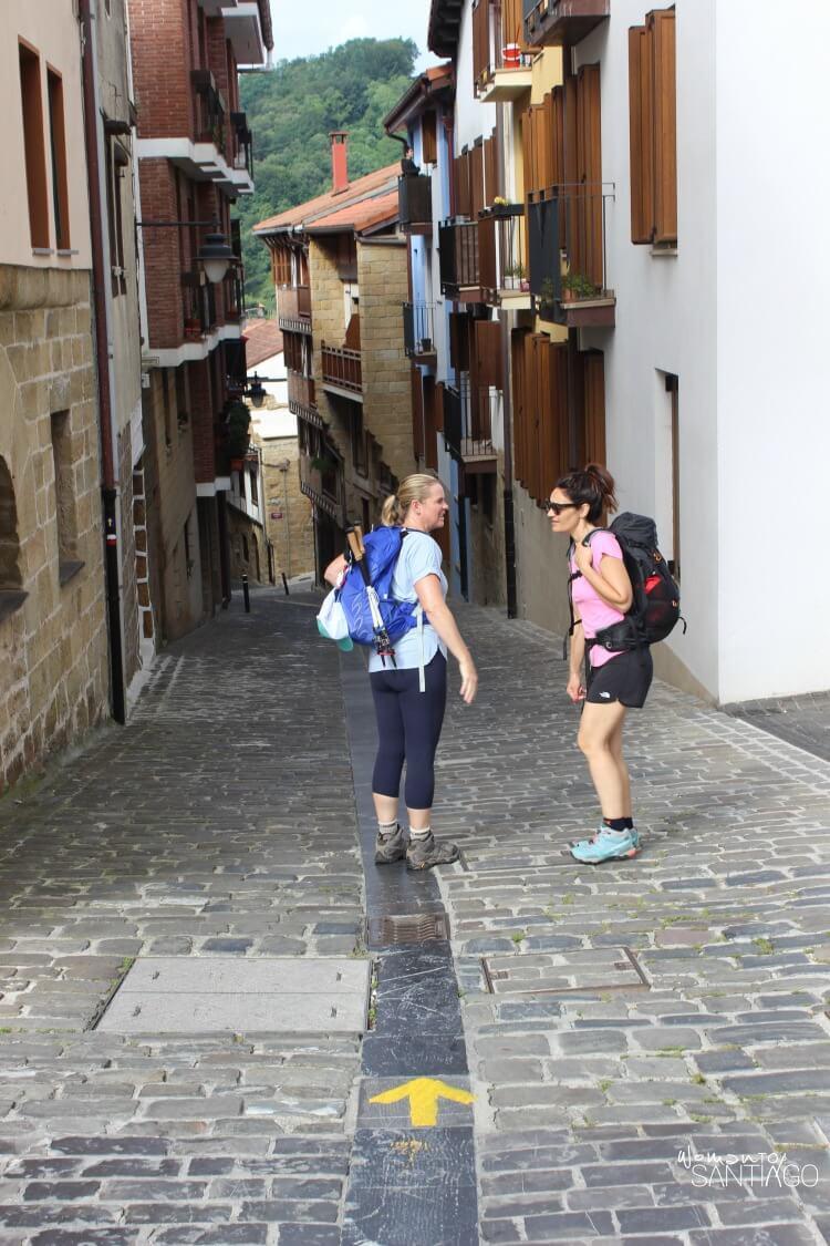 heidi y nielia hablando en una calle del camino