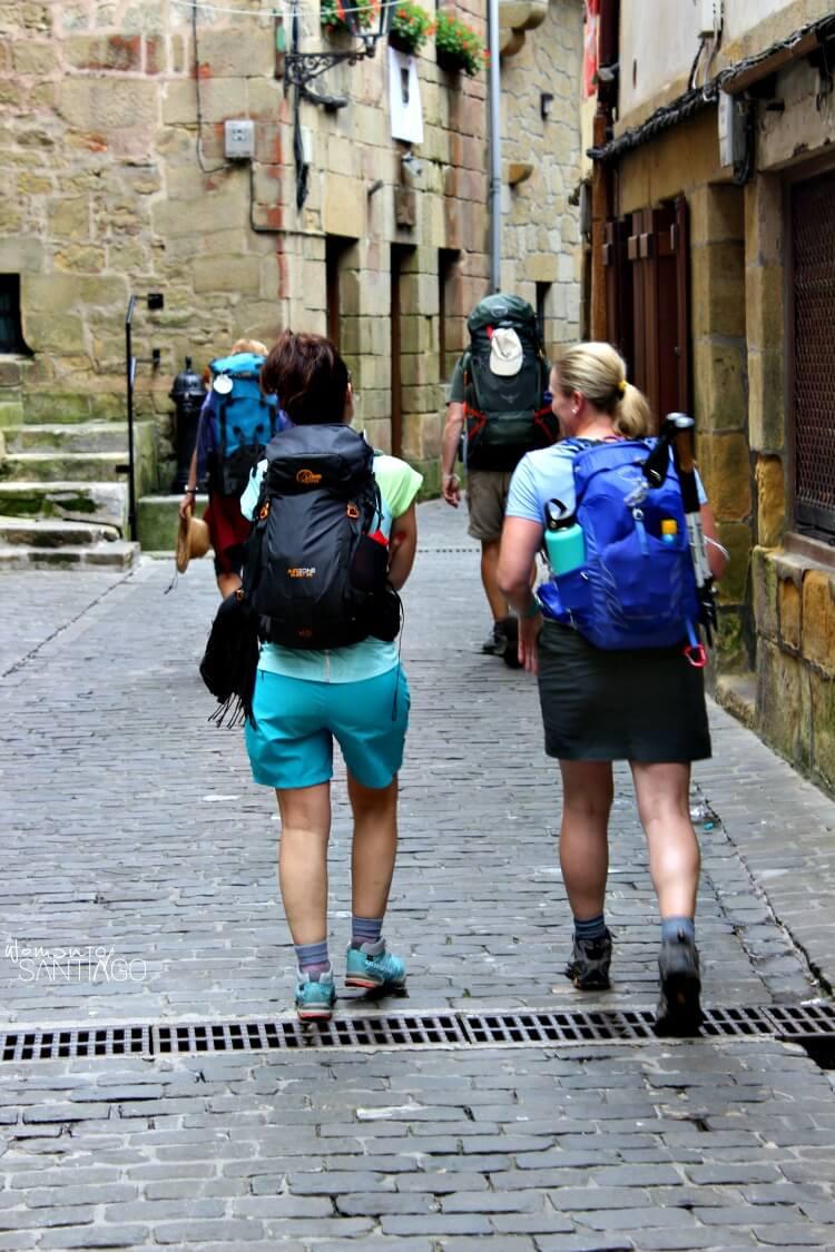 mujeres caminando por el camino de santiago