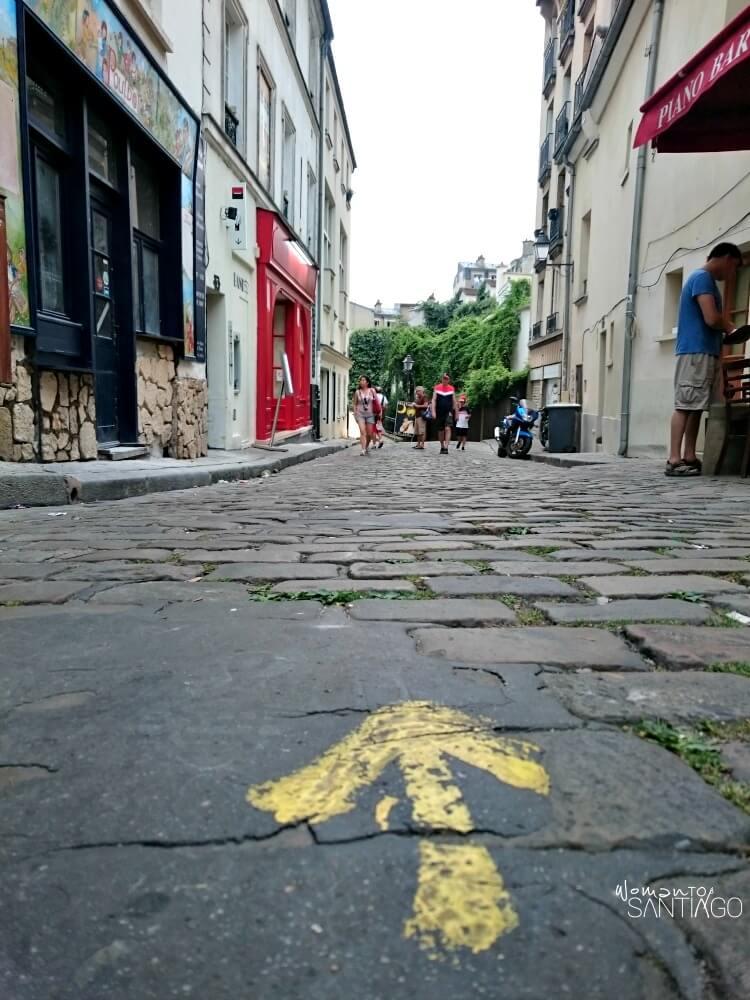 foto de flecha amarilla en una calle de parís
