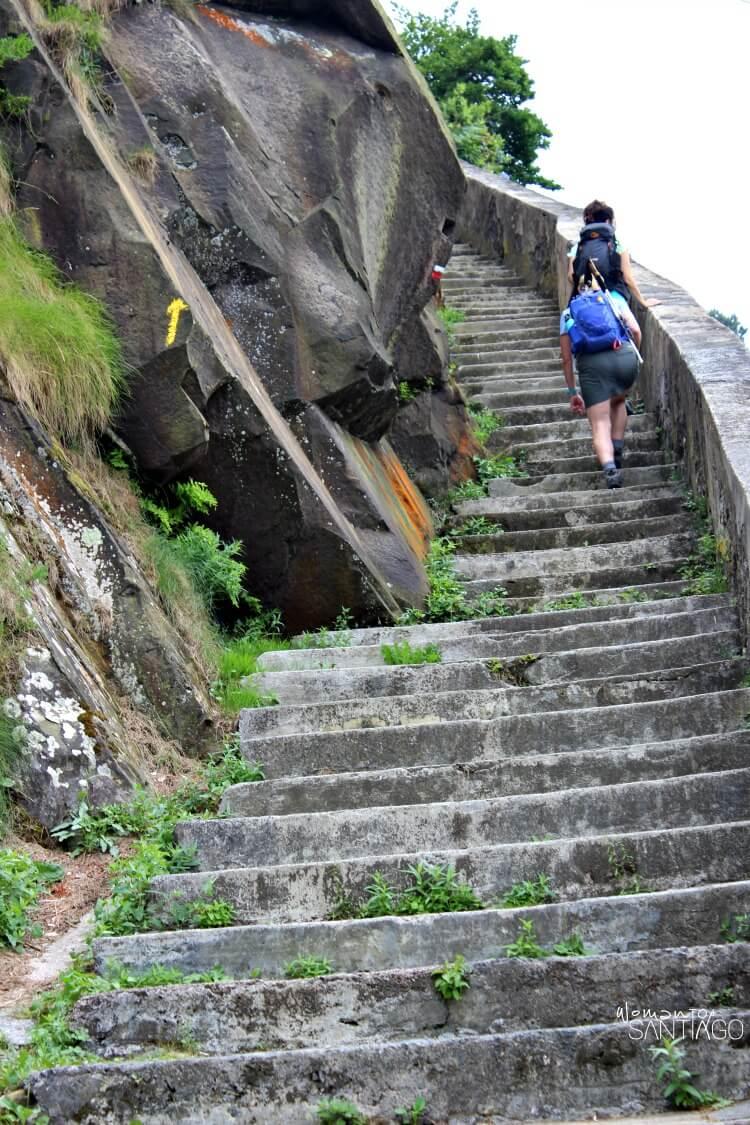 peregrinos subiendo una escalera de piedra