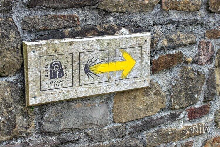 foto de flecha del camino en cartel de madera