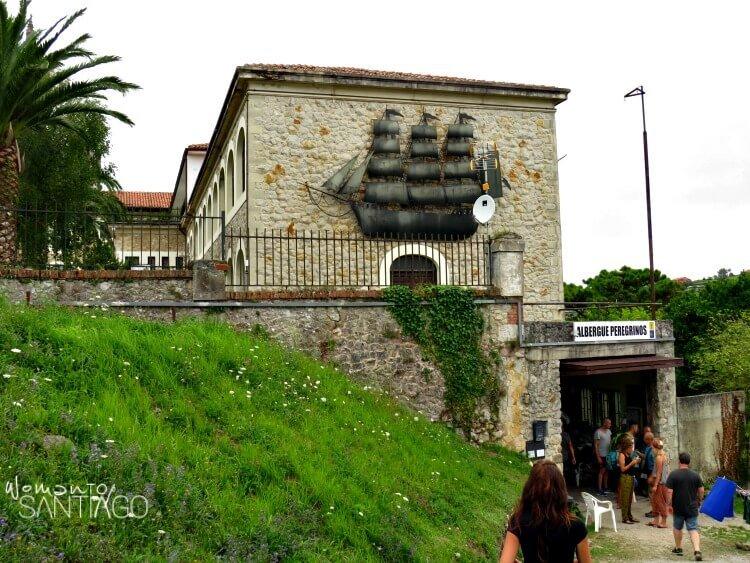 fachada del albergue de peregrinos