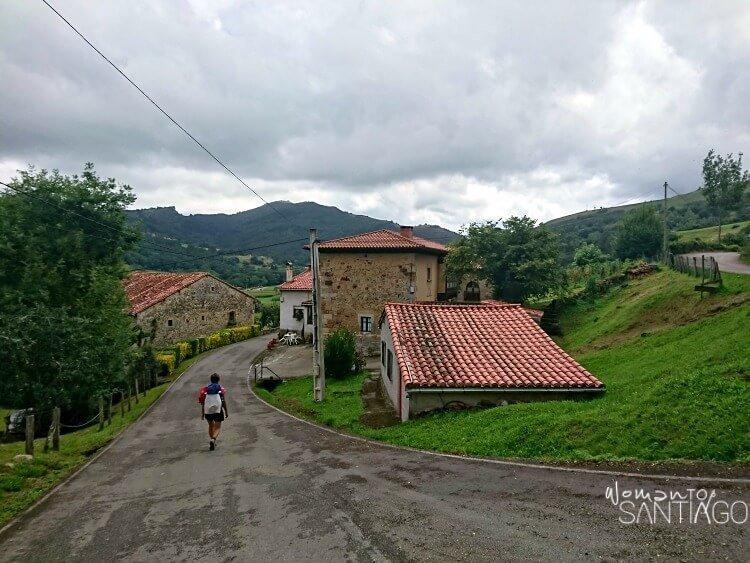 peregrina caminando por sendero en aldea