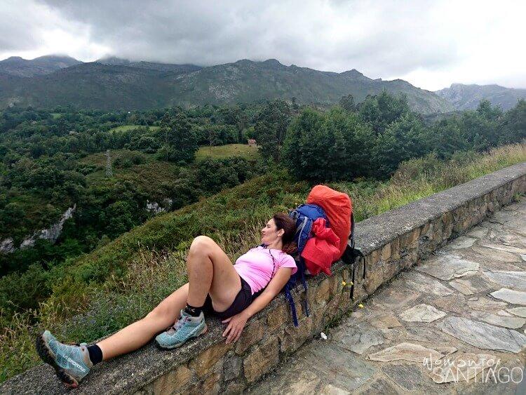 noelia apoyada en un muro admirando el paisaje