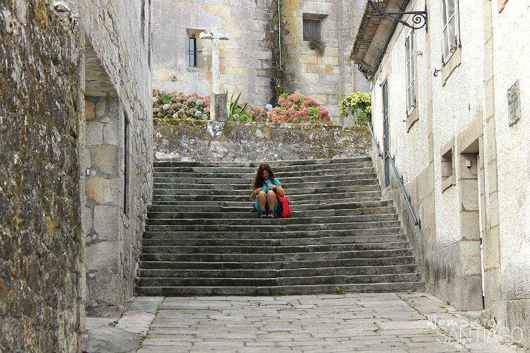 noelia sentada en unas escaleras en Baiona