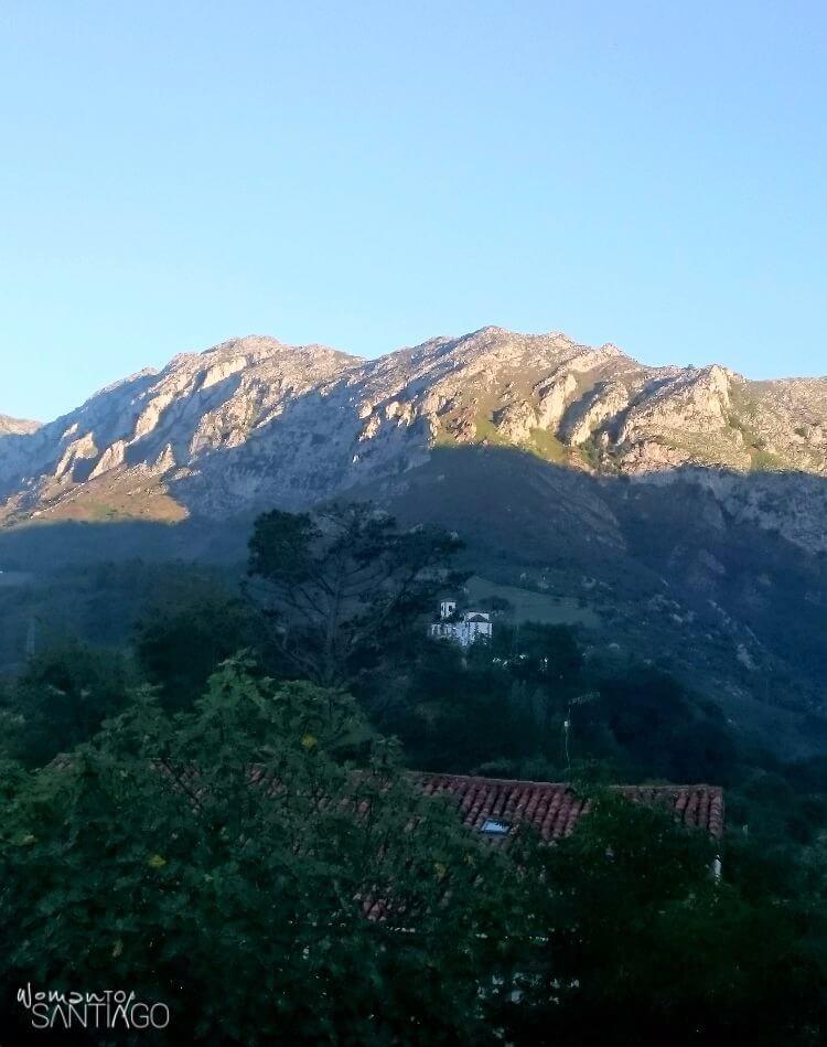 paisaje con casas y montañas