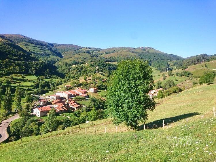 paisaje precioso verde con casas de lafuente
