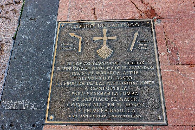 Placa del Camino Primitivo en la Catedral de Oviedo
