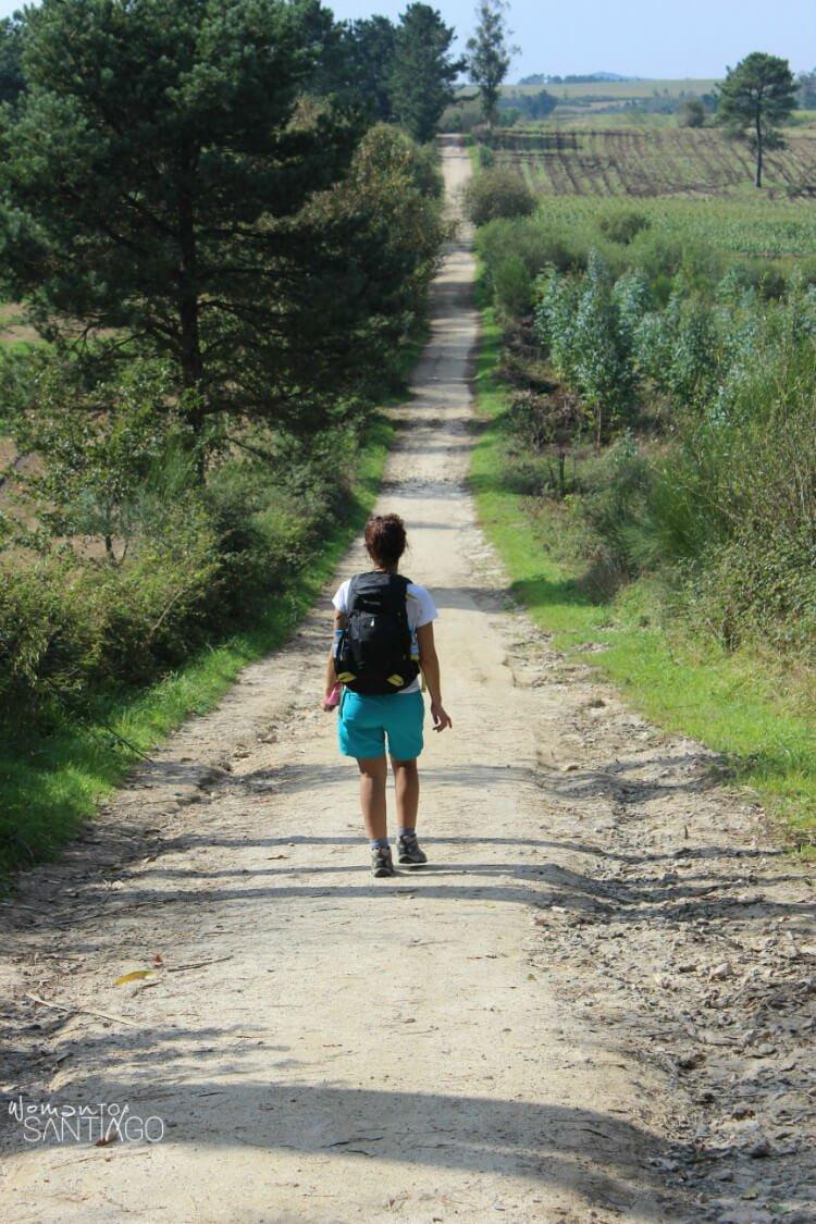 noelia caminando por un sendero verde