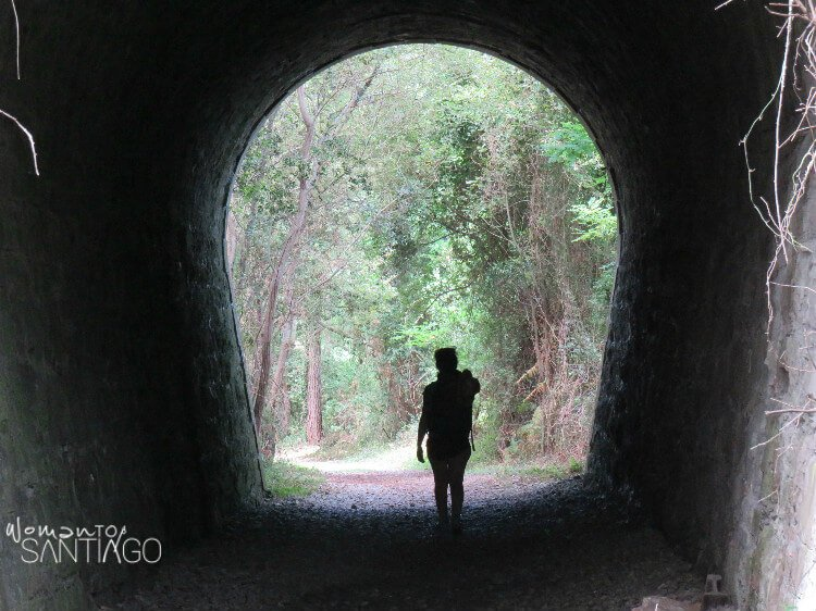 silueta de mujer a contra luz en un tunel