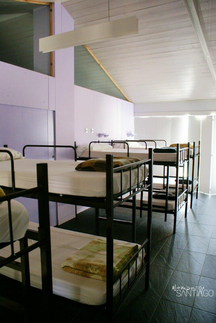 camas literas en albergue privado