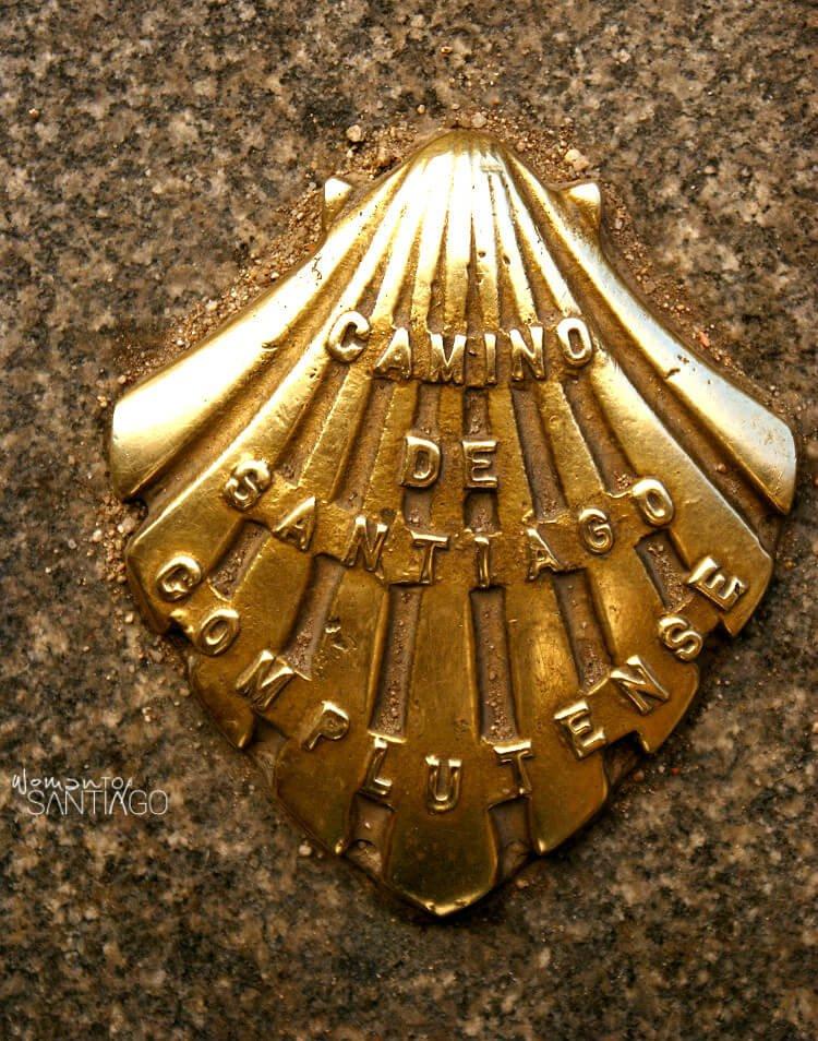 """concha metal con la inscripción """"camino de santiago complutense"""""""