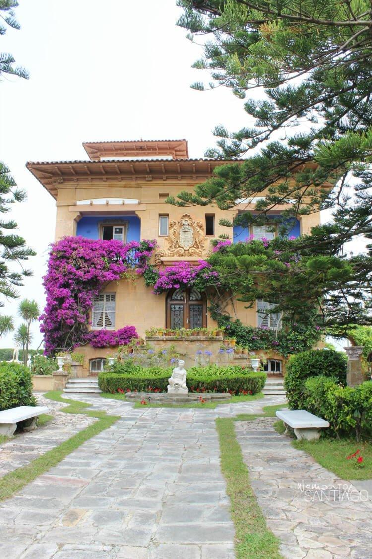 casa con entrada y fuente