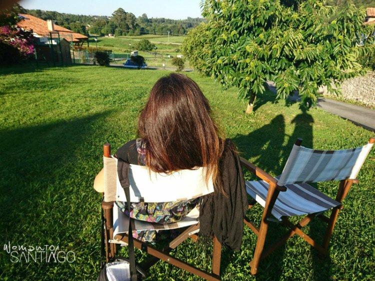 noelia descansando en una silla en un prado verde