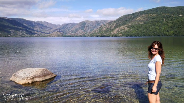 Lago de sanabria con Noelia posando