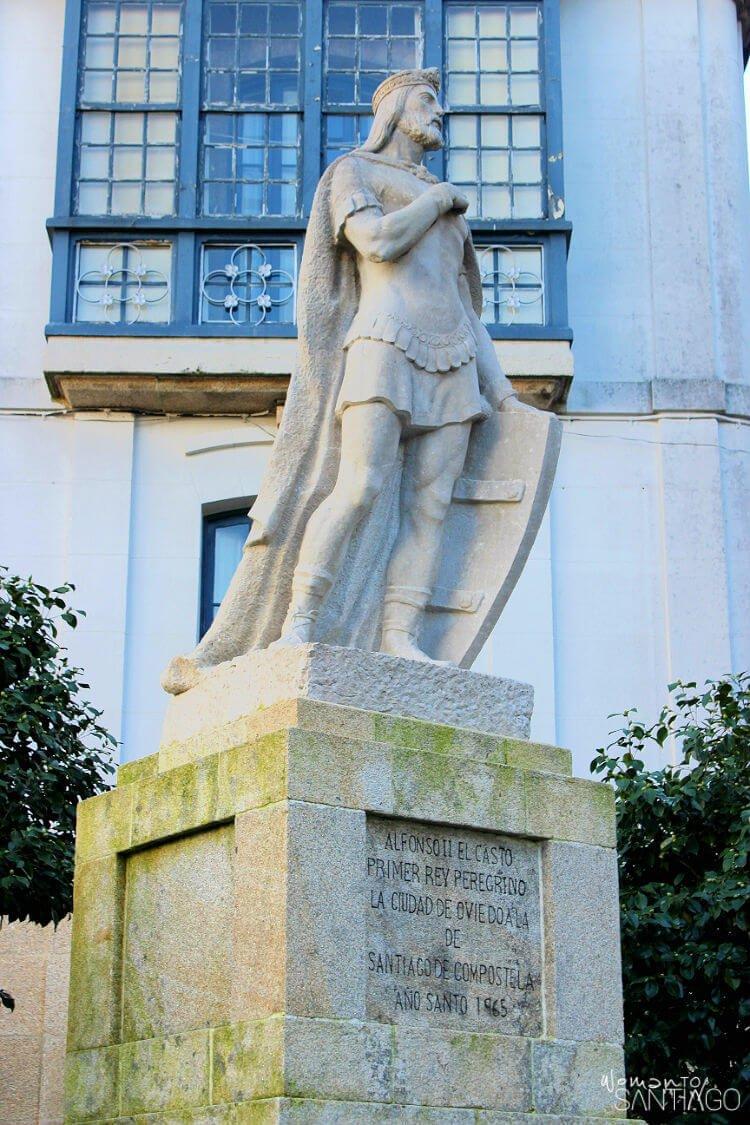 Estatua de Alfonso II El Casto en Santiago de Compostela