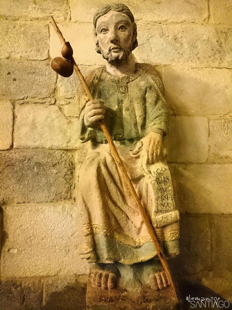 Escultura de Santiago peregrino en la Iglesia de Santiago de A Coruña