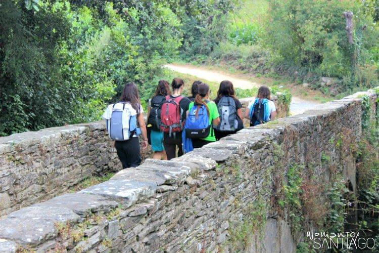 peregrinos caminando en grupo