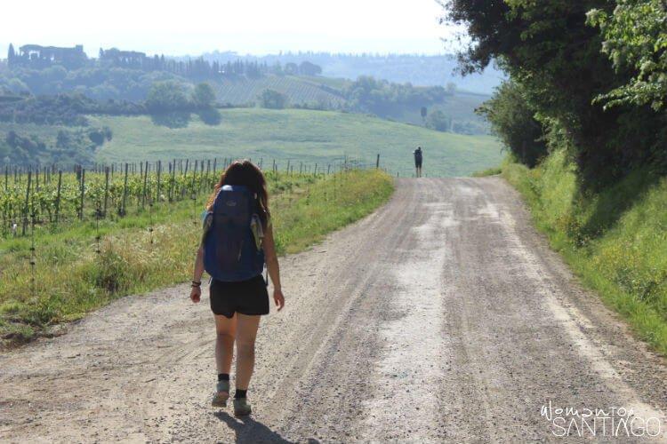 noelia caminando por una senda en el camino